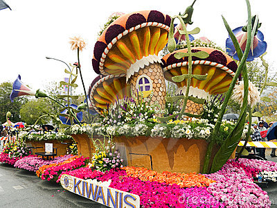 kiwanis-2011-rose-bowl-parade-float-17717843